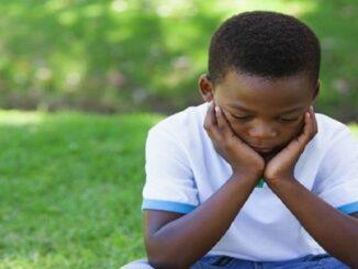 niño triste xenofobia