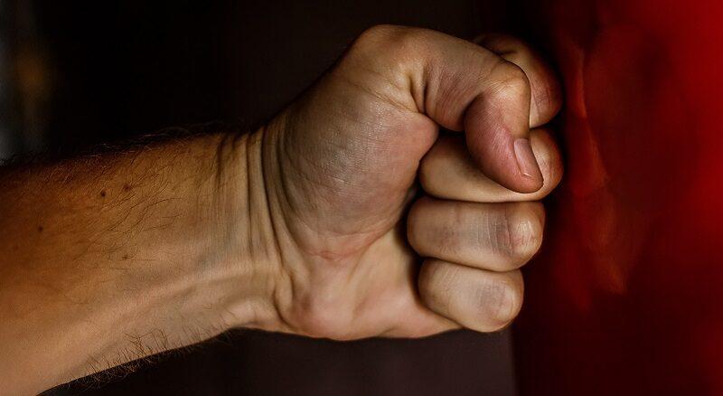 mano puño violencia
