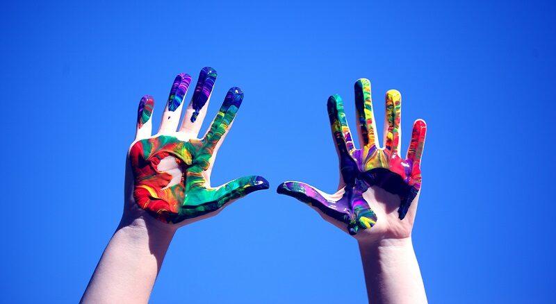 manos niños colores