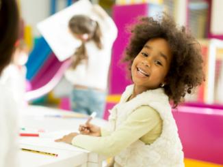 dibujar pintar niña